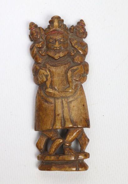 Petite sculpture indienne d'un homme tenant...