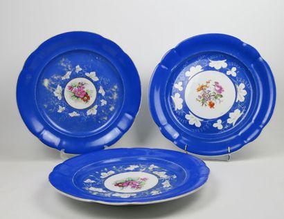 Lot de trois grands plats en porcelaine de...