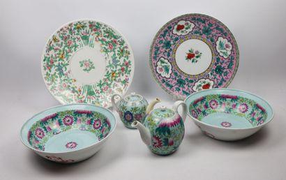 Lot de six pièces de porcelaine à décor d'inspiration...