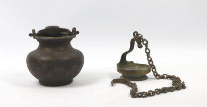 Lota et lampe à huile  Fonte de laiton  Inde,...