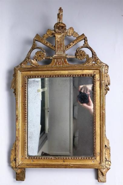 Miroir en bois sculpté et doré, le fronton...