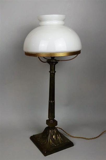 Lampe de bureau en laiton, la base ornée...