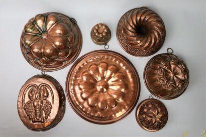 Sept moules à gâteaux en cuivre, dont un...
