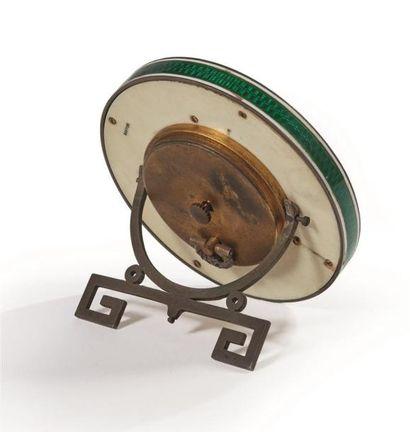 CARTIER Paris, vers 1920.  Pendulette de table, le cadre émaillé vert et filets...
