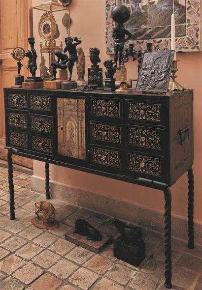 Cabinet en ébène et ivoire à décor de rinceaux...