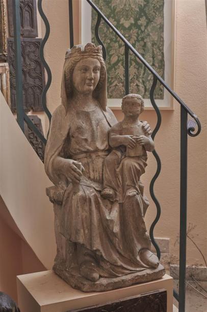 Vierge à l'Enfant en pierre calcaire. Le...