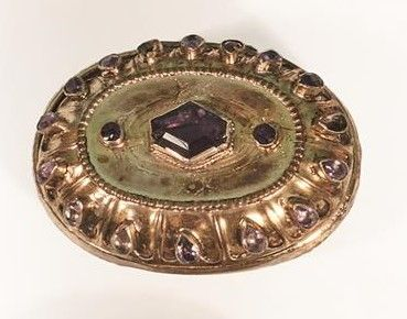 Boîte ovale en argent vermeillé à décor repoussé...