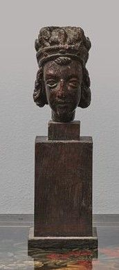 Tête de reine en chêne sculpté reposant sur...