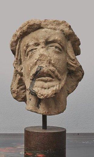 Tête de Christ en grès sculpté sur un socle...