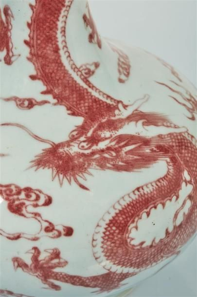CHINE, dynastie Qing, XVIIIème siècle.  Vase en porcelaine rouge de cuivre.  La...