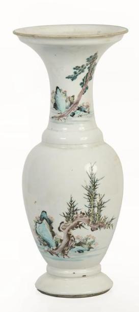 CHINE, XXème siècle.  Vase en porcelaine polychrome.  Balustre, la panse et le col...