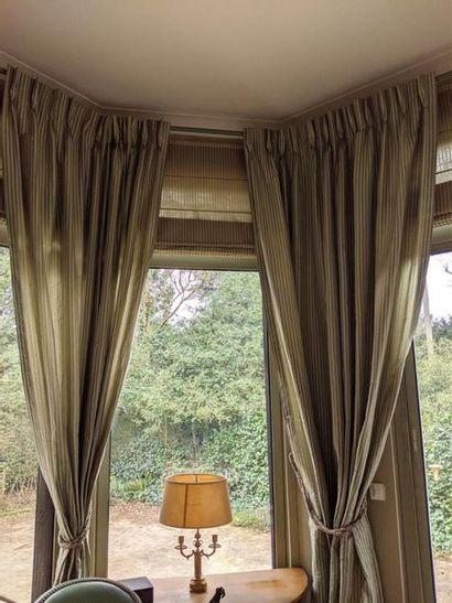 Réunion de 6 rideaux en tissu à rayures blanches...