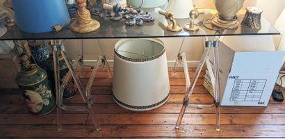 Bureau composé de tréteaux en plexiglas et métal, et plateau de verre, travail des...
