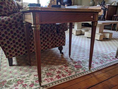 PAIRE DE TABLES DE SALON en bois de placage,...