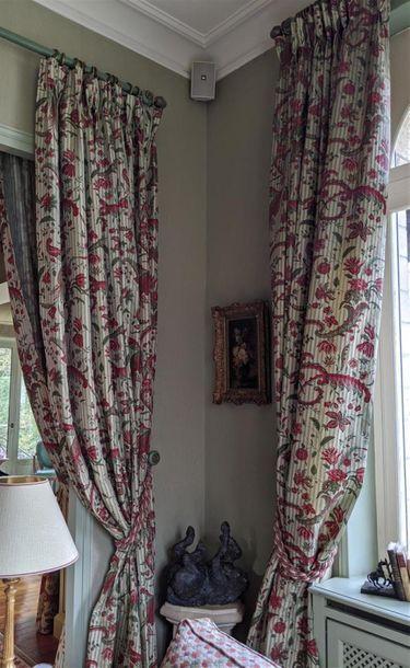 Trois paires de rideaux à décor de rinceaux...