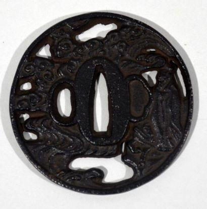 Tsuba marugata en fer à décor ajouré en maru...