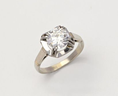 Solitaire en platine centrée d'un diamant...
