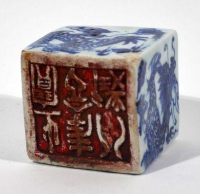 SCEAU de forme cubique en porcelaine à décor...
