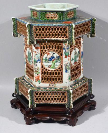 LANTERNE à décor d'une pagode en porcelaine...