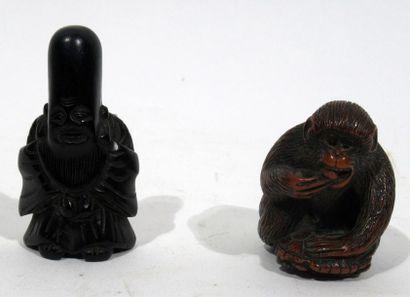 Lot : un okimono en buis sculpté d'un singe...