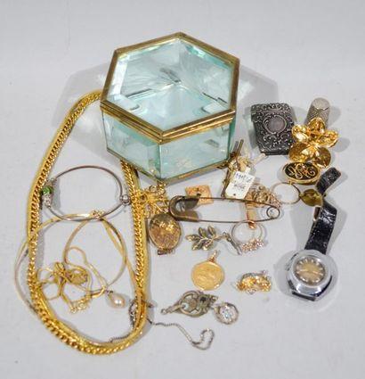 Lot de bijoux fantaisies en métal doré et...