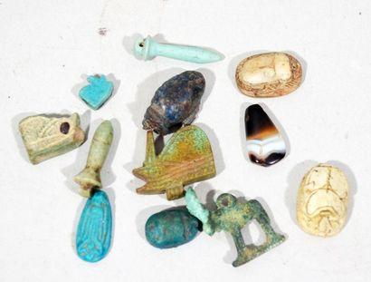 Lot de petites amulettes egyptiennes en pierre...