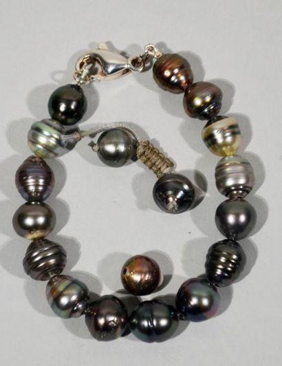 BRACELET composé de 15 perles de culture...