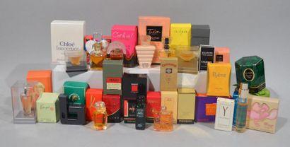 Lot de miniatures de parfums avec boîtes...
