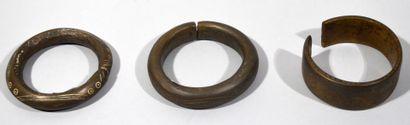 AFRIQUE  Réunion de trois bracelet en bronze...