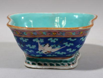 CHINE, XIXème siècle  Bol sur talon en porcelaine...
