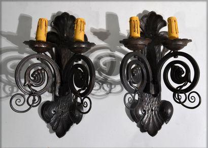 PAIRE D'APPLIQUES en bronze à patine brune...