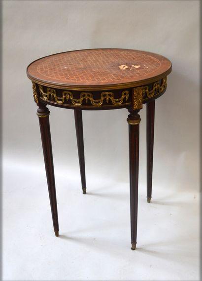 Table bouillotte marquetée toutes faces en palissandre, amarante, bois de rose et...