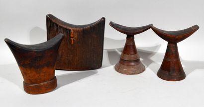 Réunion de 4 appui-nuques en bois sculpté....