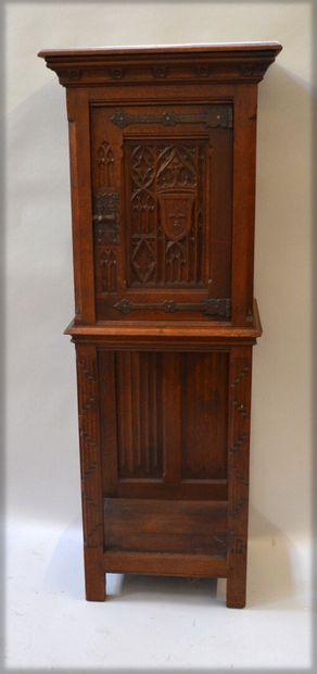 Meuble dressoir en chêne mouluré et sculpté,...
