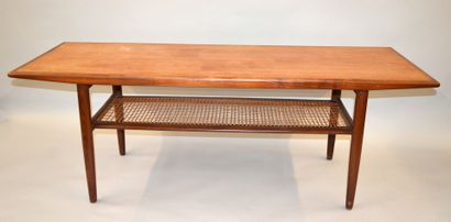TABLE BASSE rectangulaire en teck reposant sur quatre pieds fuselés réunis par un...