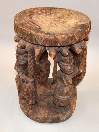 TABOURET DE CHEF en bois sculpté à décor...