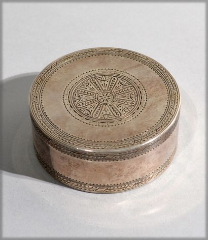 Round solid silver box with chiselled decoration....