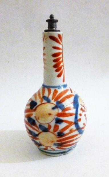 Tabatière en forme de vase bouteille décorée...