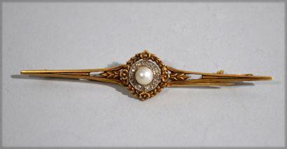 Broche en or jaune 18 K (750/oo) centrée d'une perle probablement fines dans un...
