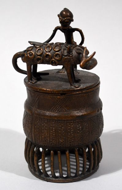 AFRIQUE  Petite boite en bronze à décor en...