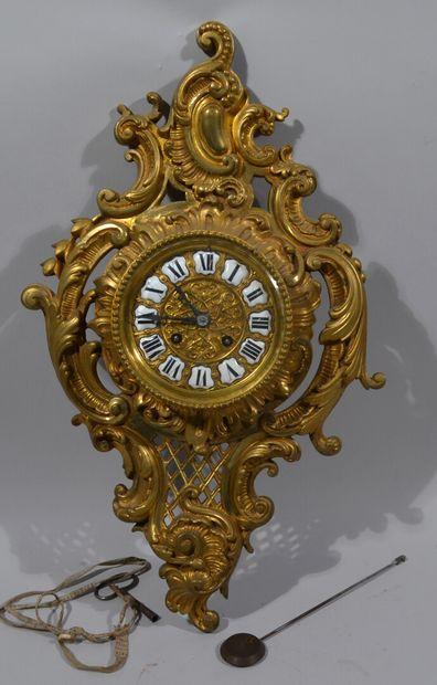 Cartel d'applique en bronze à patine doré, le cadran rond avec les chiffres en réserve...