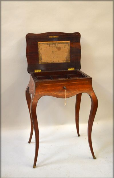 Worker in rosewood and light wood fillets, the tray is decorated with inlaid floral...
