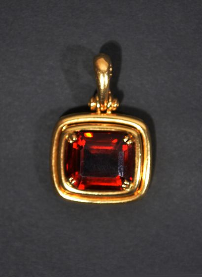 18K (750/1000) yellow gold pendant framing a citrine, with removable clasp.  (Chip)...