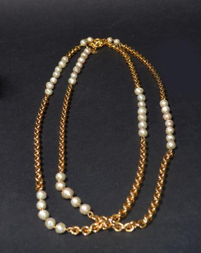 CHANEL  Sautoir double rang de chaîne en métal doré, entrecoupées de perles blanches...