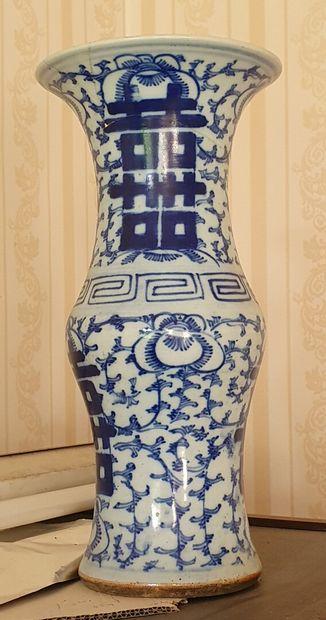 Paire de VASES cornet en porcelaine à décor...