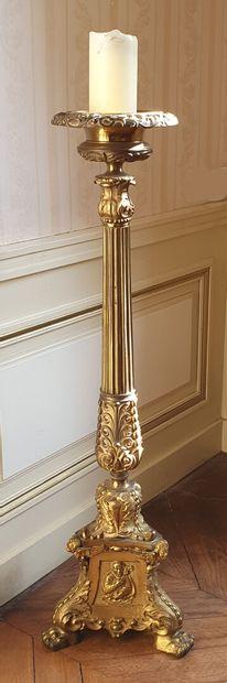 Grand PIQUE-CIERGE en bronze à patine dorée...