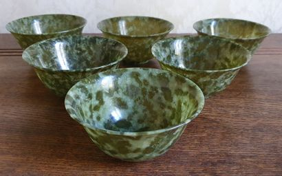 Suite de six BOLS à thé en jade finement...