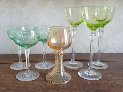 Suite de TROIS VERRES à vin sur pied en cristal,...
