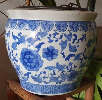 CACHE-POT en porcelaine à décor en camaïeu...