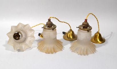LOT DE LAMPES à abat-jour en verre opaque en forme de fleur allongée comprenant...